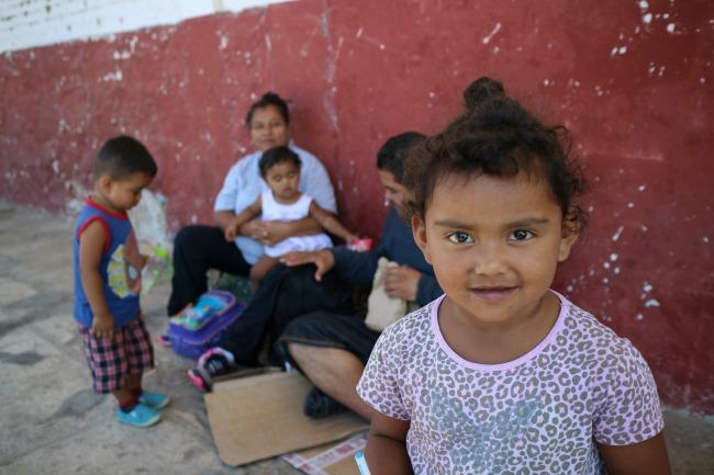 ARRIAGA, CHIAPAS,03FEBRERO2014.- Migrantes jóvenes, mujeres embarazadas y niños esperan junto a las vías del tren mientras se resguardan del calor. Salvadoreños, guatemaltecos, hondureños, nicaragüenses y ecuatorianos  emprenden la ruta del migrante hacia la frontera norte con Estados Unidos.  FOTO: ELIZABETH RUIZ /CUARTOSCURO.COM