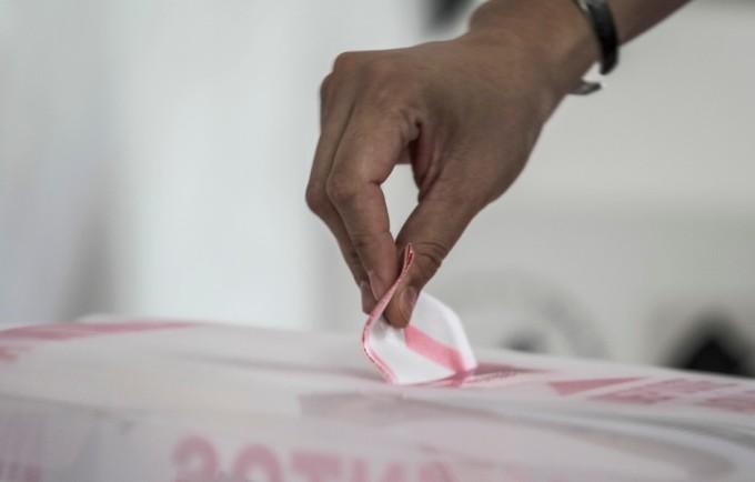 COLIMA, COLIMA, 07JUNIO2015.- En el estado celebraron elecciones para alcaldes, diputados locales, diputados federales y gobernador. Se confirmó la apertura de el 100% de casillas electorales, 903 en todo el estado. Colima cuenta con un padrón de más 498 mil votantes. Hasta las 5 de la tarde se reportan incidentes menores en los municipios de Manzanillo, Tecomán y Villa de Álvarez.  FOTO: SERGIO TAPIRO /CUARTOSCURO.COM