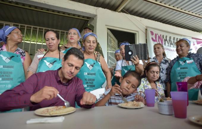 APATZINGÁN, MICHOACÁN, 18AGOSTO2015.- En el marco de la gira de trabajo que realizó en esta entidad, el Presidente Enrique Peña Nieto se trasladó a la comunidad de Chiquihuitillo donde visitó un comedor comunitario de la Cruzada Nacional Contra el Hambre para comer y convivir con mujeres y niños. FOTO: PRESIDENCIA /CUARTOSCURO.COM