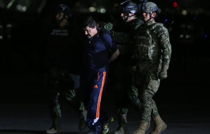 """MÉXICO, D.F., 08ENERO2016.- Joaquín Guzmán Loera """"El Chapo"""", líder del cártel de Sinaloa, fue recapturado esta mañana por elementos de la Fuerza Armada de México. Según cifras de la DEA, el Chapo es uno de los criminales que más cocaína y marihuana ha hecho circular en Estados Unidos y uno de los criminales más buscados en México. En la imagen el criminal es trasladado al penal del Altiplano en el Hangar de la Marina. FOTO: SAÚL LÓPEZ /CUARTOSCURO.COM"""