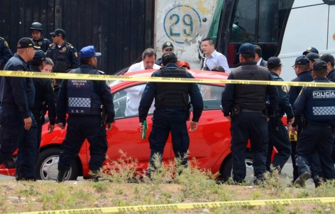 CIUDAD DE MÉXICO, 15FEBRERO2016.- Fueron localizados dos cuerpos asesinados a  balazos, se trata de un hombre y una mujer que se encontraban al interior de un auto SPARK; placas J95-AEW  de color rojo. El coche fue localizado en la calle de Meyerbeer frente al número 29, casi con Juan Sebastián Bach en la colonia Vallejo FOTO: ARMANDO MONROY /CUARTOSCURO.COM